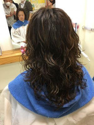 髪の負担をできるだけおさえてパーマをあてる方法を研究しています。